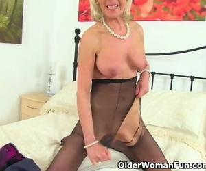 UK GILF Elaine Pleasures her..